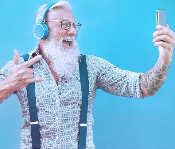 Nyugdíjbiztosítás, menő öregember élvezi az életet