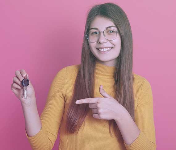 Mosolygós nő a kiadó lakás kulcsával